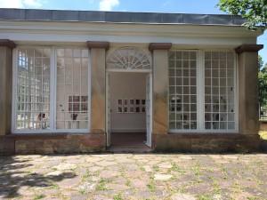Avec ses grandes baies vitrées, le pavillon aurait servi de jardin d'hiver pour La Villa Kayserguet devenu Lieu d'Europe. J'aime beaucoup la manière dont la lumière changeante fait chanter les couleurs de mes céramiques