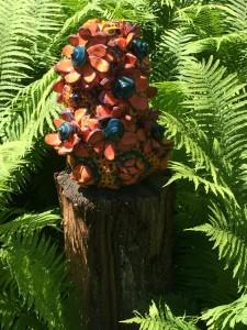 Ici sa grande vase aux fleurs lotus oranges /Here, her large orange lotus flower vase