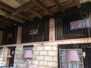 3 panneaux de carreaux décorent la terrasse d'été / Three tile panels decorate the summer terrace