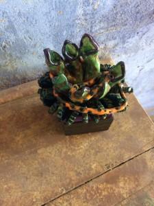 Les petits carreaux aux fleurs carnivores sont présentés ici sur leur coffret en bois /  The small carnivorous flower tiles are presented on their wooden boxes.